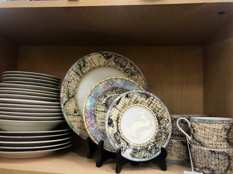 DISHES PRINTED WITH PARTS OF THE GLOBE/MAPS
